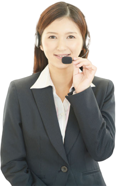 笑顔で電話対応する女性スタッフ