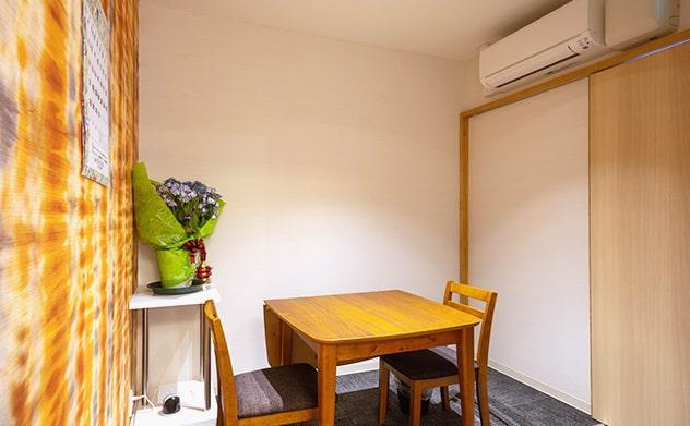 休憩室には木製のテーブルと椅子
