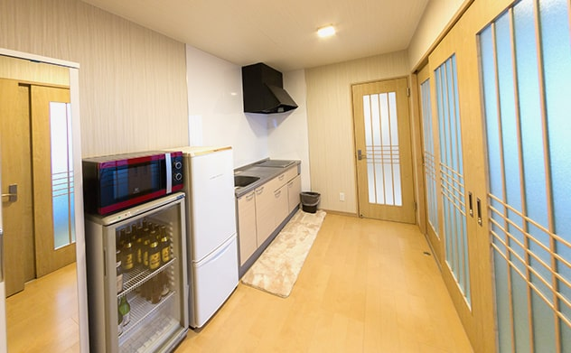 冷蔵庫、電子レンジと広めのキッチン