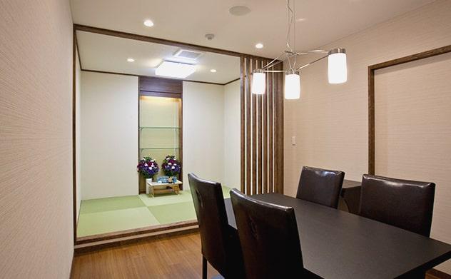 休憩室の隣に和室の安置室