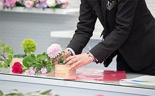 バラの花を束ねる様子