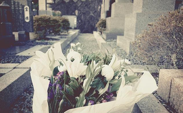 お墓ときれいな花束