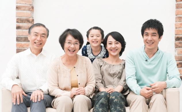 3世代家族の集合写真