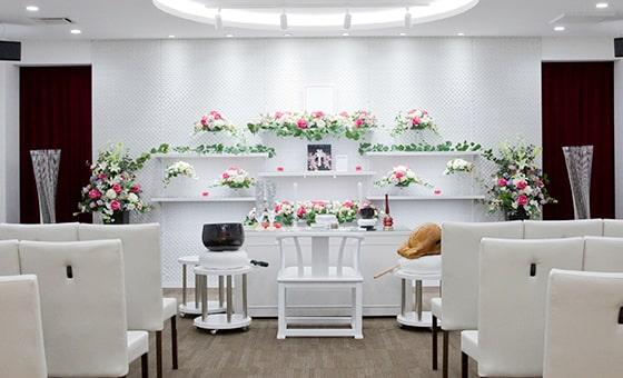 家族葬式場の白を基調としたきれいな祭壇