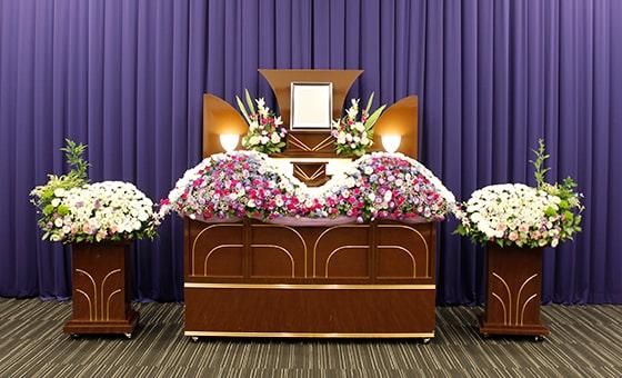 一日葬に使われる生花の祭壇